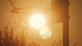 Aro de baloncesto urbano de la silueta de la puesta del sol oxidada de la salida del sol Visión de abajo hacia arriba El aro viej metrajes