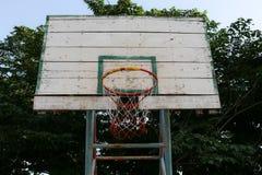 Aro de baloncesto viejo fotografía de archivo