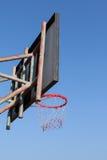 Aro de baloncesto viejo imagen de archivo