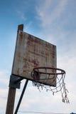 Aro de basquetebol arruinada velha Foto de Stock Royalty Free