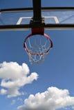 Aro de basquetebol de encontro ao céu Fotografia de Stock