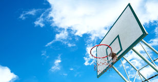 Aro de basquetebol em um céu azul com nuvens Fotos de Stock Royalty Free