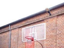 Aro de basquetebol exterior pública imagem de stock royalty free