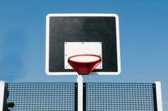 Aro de basquetebol fora com fundo do céu azul Imagens de Stock