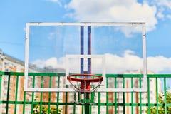 Aro de basquetebol fora no campo de jogos foto de stock