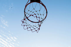 Aro de basquetebol no céu Foto de Stock