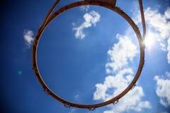 Aro de basquetebol no fundo do céu azul Imagens de Stock
