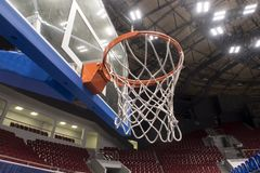 Aro de basquetebol, basquetebol que marca no estádio imagens de stock royalty free
