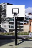 Aro de basquetebol urbana entre ruas fotos de stock