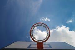 Aro de basquetebol vermelha com rede no fundo do céu Foto de Stock