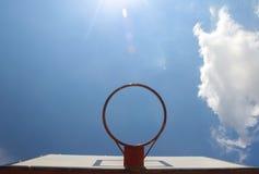 Aro de basquetebol vermelha no fundo do céu Foto de Stock