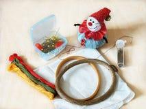 Aro de bordado, moulinet, almofada de alfinetes e pinos Imagens de Stock Royalty Free