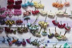 Aro de las flores, guirnalda con las flores coloreadas Flores hechas a mano Imagen de archivo libre de regalías