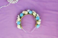 Aro de las flores, guirnalda con las flores coloreadas Flores hechas a mano Imagen de archivo