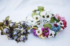 Aro de las flores, guirnalda con las flores coloreadas Flores hechas a mano Imágenes de archivo libres de regalías