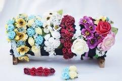 Aro de las flores, guirnalda con las flores coloreadas Flores hechas a mano Fotos de archivo