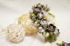 Aro de las flores, guirnalda con las flores coloreadas Flores hechas a mano Foto de archivo libre de regalías