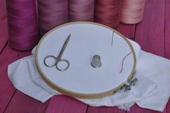 Aro de madera con la tela para coser y el bordado Fotos de archivo