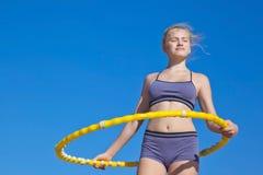 Aro en manos en el atleta de la muchacha Fotos de archivo