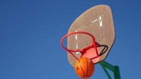 Aro viejo del deporte del baloncesto, tiro del baloncesto de la calle la bola en la cesta almacen de metraje de vídeo