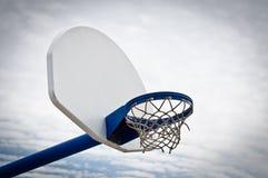 Aro y tablero trasero de baloncesto del patio Imagen de archivo libre de regalías