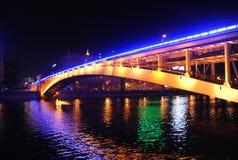 Arochnybrug door de rivier Moskou bij nacht Royalty-vrije Stock Fotografie