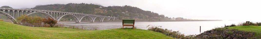 Arogancka rzeka mosta curry'ego okręgu administracyjnego złota plaży Oregon nabrzeża ławka Obrazy Stock