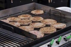 Arom för grillade kött/griskötthamburgare, galler-, rök- och ljus- kock arkivbilder