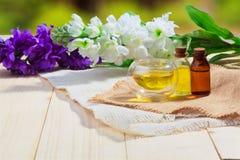 Aromaätherisches öl oder Badekurort und natürlicher Duft ölen mit Blume auf Holztisch lizenzfreies stockbild