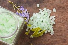 Aroma de la sal del balneario de toda la comida de piel de las flores con las flores púrpuras Imagen de archivo