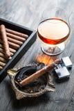 Aroma do conhaque e do charuto do burnig Imagens de Stock Royalty Free