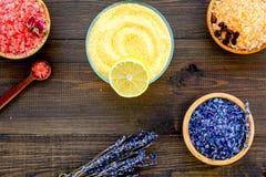 Aroma's van badzout De citroen, koffie, nam, lavendel dichtbij kommen met kleurrijk badzout toe op donkere houten hoogste mening  stock foto
