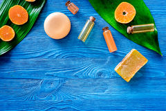 Aroma spa σύνολο Σαπούνι και λοσιόν εσπεριδοειδών στην μπλε ξύλινη τοπ άποψη υποβάθρου copyspace Στοκ Εικόνες