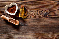 Aroma spa σύνολο Coffee spa άλας, πετρέλαιο στην ξύλινη τοπ άποψη επιτραπέζιου υποβάθρου copyspace Στοκ Φωτογραφία