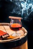 Aroma van Cubaanse sigaren en cognac royalty-vrije stock foto's
