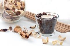 Aromakerze im Glas mit Kaffeebohnen, Zimt und perfum stockbild