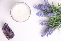 Aromakerze im Glas mit Lavendelblumen und -Amethyst stockfoto