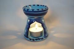 Aromalampe mit einer brennenden Kerze stockbild