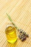 Aromaschmieröl mit Lavendel Lizenzfreie Stockfotos