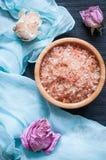 Aromaseesalz und -Trockenblumen lizenzfreies stockbild