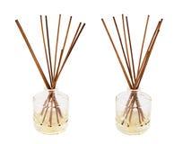 Aromastokken in een geïsoleerde glasfles Stock Afbeeldingen