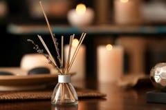 Aromatów kije na stole w zdroju salonie zdjęcia stock