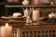 Aromatów kije na stole w zdroju salonie zdjęcie stock
