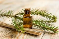 Aromaterapia con gli oli attillati organici in bottiglie di vetro sul fondo di legno della tavola Immagine Stock Libera da Diritti