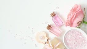 Aromaterapia Piccole bottiglie di vetro con gli oli cosmetici Sale di bagno Fotografie Stock Libere da Diritti
