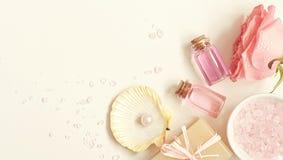 Aromaterapia Piccole bottiglie di vetro con gli oli cosmetici Sale di bagno Fotografie Stock