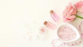 Aromaterapia Piccole bottiglie di vetro con gli oli cosmetici Sale di bagno Immagini Stock