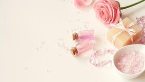 Aromaterapia Piccole bottiglie di vetro con gli oli cosmetici Sale di bagno Immagine Stock Libera da Diritti