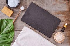 Aromaterapia: sale da bagno, crema cosmetica, sapone organico e verde immagini stock libere da diritti