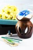 Aromathérapie réglée avec la bougie et l'encens de fleur Images libres de droits